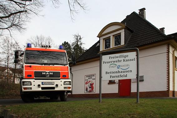 Feuerwehrhaus mit HLF